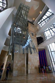Intérieur architecture Musée Guggenheim Bilbao - Escaliers de l'Atrium #matériaux  Verre Reflet  Luminosité  Courbe   Urbanisme,  technologie  Industrie navale  Environnement forme et matériaux titane