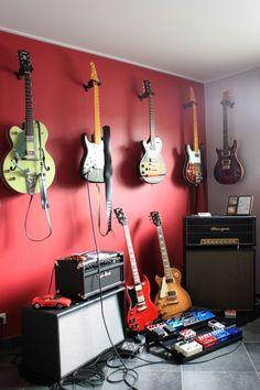 Un ampli Two-Rock et un Bugera ! Voilà un coin à bruit ! On adore l'accrochage des guitares au mur (Gretsch, Fender Stratocaster et Telecaster, Gibson Les Paul, Telecaster, PRS).