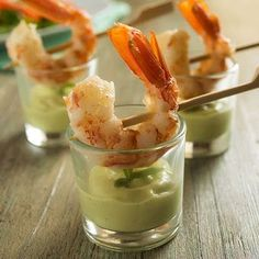 Prawns with avocado and yogurt cups Raw Food Recipes, Cooking Recipes, Food Texture, Cocktail Party Food, Mini Appetizers, Brunch, Food Club, Appetisers, Food Humor