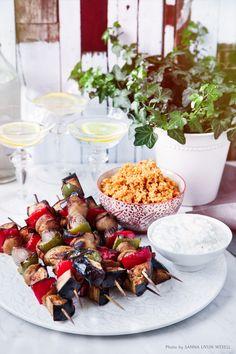 En riktig grillmiddag med supergoda veggiespett med tzay, tzatziki och kryddig couscous. Vill du hellre grilla spetten i ugnen går det självklart lika bra. #tzay #tzatziki #couscous #middag #grilla #bbq #vardag #helg #vego #vegetarisk # Tzatziki, Bbq, Good Food, Vegetarian, Couscous Recept, Snacks, Vegan, Table Decorations, Foods
