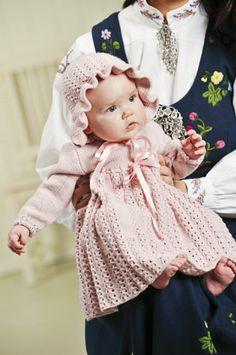 Tema 21: Modell 13B Kjole og lue #strikk #baby