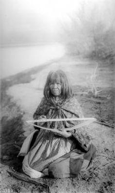 mulher indiana Mojave Fazendo hum cinto beadwork com Desenhos em forma de Coração, ca.1900 :: Coleção Historical Society Califórnia, 1860-1960
