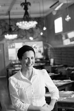 Aos 35 anos, Andrea Kaufmann considera a cozinha sua religião. Aprendeu a cozinhar com fortes mulheres da sua família e devorando pilhas de livros de gastronomia. Formou-se em gastronomia pelo Senac e fez curso técnico em Padaria no Senai. Trabalhou com o banqueteiro Paulo Belardi e com a chef Bel Coelho. Já teve seu próprio serviço de buffet e ministrou cursos até abrir o restaurante AK Delicatessen.