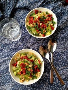 farfalle integrali con verdure, noci e pomodori secchi
