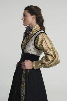 Folk Fashion, Modern Fashion, Larp, Fashion Terms, Fairytale Dress, Embroidery On Clothes, Folk Costume, Fashion History, Traditional Dresses