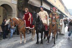 Per #Befana a #Firenze torna la #cavalcatadeimagi - nella foto i Magi edizione 2013 sul Ponte Vecchio  http://operaduomo.firenze.it/blog/posts/torna-la-cavalcata-dei-magi