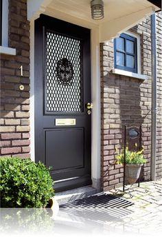 Voordeur met rooster. Deze deur heeft zowel aan de binnen- als aan de buitenkant een rooster zitten. Skantrae