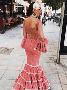 @maikasantosmodaflamenca Vestido de flamenca rosa amaranto con detalle beig Flamenco Costume, Spain Fashion, 30 Outfits, Mermaid Gown, Colourful Outfits, Fashion 101, Traditional Dresses, Dress To Impress, Marie