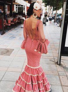 @maikasantosmodaflamenca Vestido de flamenca rosa amaranto con detalle beig