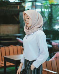 Ootd Hijab, Girl Hijab, Hijab Fashion Inspiration, Style Inspiration, Hijab Dpz, Cute Glasses, Muslim Girls, Modest Fashion, Pretty Girls