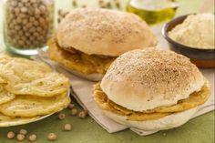 Bring a bit of Sicily home with the panelle, delicious chickpea fritters in sesame seed buns! *** Today we'll bring a bit of Sicily home with the panelle, tasty chickpea fritters! Great Recipes, Vegan Recipes, Favorite Recipes, Savoury Recipes, Chickpea Fritters, Sicilian Recipes, Pizza, Tasty, Yummy Food