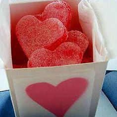 Ingredientes para Gominolas caseras: · Un sobre gelatina fresa · Un sobre gelatina naranja · Un sobre gelatina lima · 3 paquetes gelatina neutra en hojas · 200