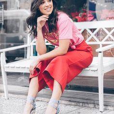 """Chega o verão e a vontade de cores e estampas SEMPRE ressurge! Dá alegria né?! ☀️ AMOOO coordenar cores complementares para dar um up, mas mesmo assim ainda estar """"segura"""" na mistureba kkkk Rosa com Vermelho, Azul com Verde são meus preferidos ❤️ Aqui Misturei Pantacourt Vermelha com T-Shirt Pink (essa camiseta minha mamys comprou na rua acredita?! (Mãe fashionista hahahah) e o sapato escolhi Espadrilles (salto, mas com conforto)  Jeansssss  Sapato @inboxshoes (que já comentei que..."""