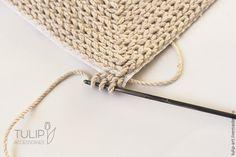 У меня дома давненько ждали своего часа два два интересных материала — катушка со шнуром-веревочкой, большущая такая, и лист крупной пластиковой канвы. И вот настал тот день, когда я решила использовать их, объединив в одной работе. Оставалось только запечатлеть процесс и приготовить для вас мастер-класс :) Итак, сегодня мы будем вязать по канве. Я, вообще говоря, вязальщица так себе, особенно…