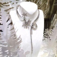 """Вместе со снегом в Москву прибыла и """"Зимняя сказка"""" - новая высокоювелирная коллекция от Van Cleef & Arpels. Любопытно, кто встретит бой курантов в этом скромном колье? Van Cleef Arpels, Luxury Branding, Fairy Tales, Brooch, Instagram Posts, Fashion Design, Jewelry, Jewlery, Jewerly"""