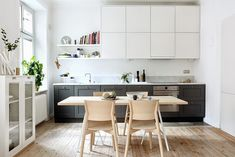 These Unusual Kitchens Have One Really Good Thing Going For Them - Smart Small Spaces: The One Wall Kitchen Layout One Wall Kitchen, New Kitchen, Kitchen Dining, Kitchen Ideas, Dining Room, Shaker Kitchen, Kitchen Small, Kitchen Decor, Black Kitchens