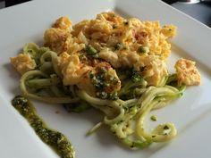 Paleo courgette pasta met pesto saus. Snel en makkelijk te bereiden paleo pasta recept. De zelfgemaakte pesto heeft een heerlijke Italiaanse smaak.