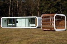 Habitations préfabriquées au style épuré. Des constructions rectangulaires aux angles arrondis, qui peuvent dans certains cas se superposer.