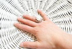 Handgemaakte statement ring met een schelp en kraaltjes. De ring is verstelbaar en wordt verpakt in een cadeauzakje. Kleur: Roze/zilver Grootte/afmetingen: ± 2,5 x 2 cm Gebruikte materialen: Schelp Vilt Glas Karton Metaal Draad Leer Social media:
