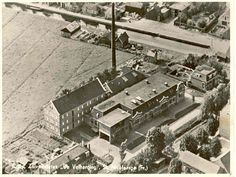 De melkfabriek in St.Nicolaasga in vervlogen tijden. Ook is de oude kade nog te herkennen en de oude opslagloods van Bouwbedrijf Gebr. De Lange. Vooraan nog een fragment van het oude klooster met daarin gevestigd de kleuterschool.