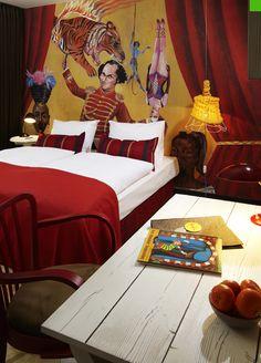 Este Hotel situado en pleno centro de Viena, es una mezcla de colorido e imaginación llevada a su máximo exponente.