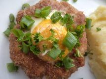 Gniazda z mięsa mielonego z jajem