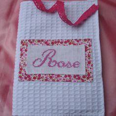 Cadeau de naissance : carnet de santé ou sac à doudou personnalisé brodé main à la demande