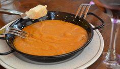 """Gachas manchegas - Es  una especie de papilla, compuesta por harina tostada y luego cocida con agua, que se elabora con harina de almortas (también llamada de """"titos"""" o """"guijas"""" y chícharos), panceta de cerdo, ajos, pimentón, aceite y sal."""
