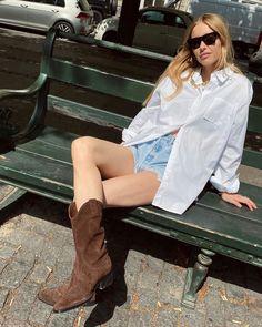 Style Report: De leukste minimalistische summer looks | YOUR DAILY FASHION NEWS.com Summer Boots Outfit, Winter Boots Outfits, Summer Outfits, Cute Outfits, Vacation Outfits, Night Outfits, Cowboy Boot Outfits, Suede Cowboy Boots, Western Boots