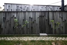 Lapped cladding in solid oak boards treated with iron sulfate, which protects the wood and creates the weathered surface. Forest House / Primus architects - Architecture Lab