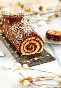 Traditional Yule log rolled with . - rolled chocolate log Informationen zu Bûche de Noël roulée traditionnelle au chocolat facile et r - Winter Torte, Chocolate Log, White Chocolate, Cookie Recipes, Snack Recipes, Christmas Breakfast, Köstliche Desserts, Food Cakes, Ice Cream Recipes