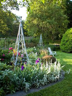 Need to add a freestanding trellis to the garden! *I need to DIY a trellis when I have a garden again. They just get covered anyway, and its amazing how some plants can thrive with something to grow on. Awesome for someone missing a green thumb like me. Dream Garden, Garden Art, Garden Design, Garden Beds, Big Garden, Unique Gardens, Beautiful Gardens, Garden Trellis, Obelisk Trellis