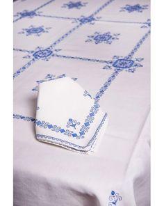 Mantel de Lagartera, bordado a mano en lino italiano. Elegante y único