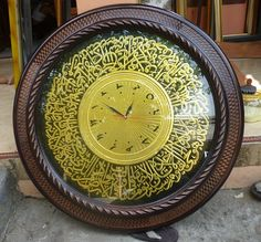 Kaligrafi Jam Dinding Alumunium Keterangan :  Bahan : Alumunium  Frame : Fiber  Ukuran : Diameter 60 cm  Kode : KA 02  Harga : Rp. 600.000