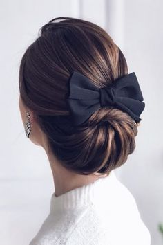 What about timeless wedding hairstyles? Have a peek of vintage wedding hairstyles from Gatsby-inspired looks to Old Hollywood glamour. Up Hairstyles, Pretty Hairstyles, Hairstyle With Bow, Straight Hairstyles, Peinado Updo, Hair Dos, Bridal Hair, Hair Inspiration, Curly Hair Styles