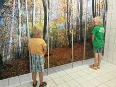 Foto geplakt op wc deuren