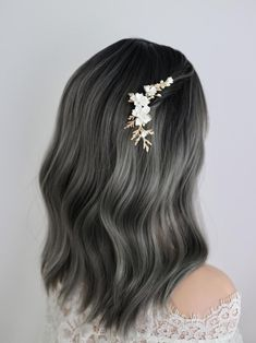 Are you looking for a white floral side hair comb, that will give you feminine, natural, unique and romantic vibe yet modern chic? I handmade this natural looking flower headpiece for you, and its perfect to be worn these way: -On top of a half updo -On top of your sleek low bun -On top of your Wavy Bridal Hair, Short Wedding Hair, Flower Headpiece, Bridal Hairpiece, Bridal Comb, Side Down Hairstyles, Low Updo, Half Updo, Small White Flowers