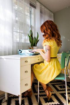 La jeune fille a tapé avec la machine à écrire vintage bleu.