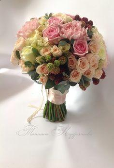 Букет невесты с розами и ежевикой