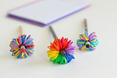 These cute little pom poms made from Rainbow Loom bands are the perfect little toppers for your pencils! The rainbow colored pom pom is my favorite! Rainbow Loom Patterns, Rainbow Loom Bands, Rainbow Loom Bracelets, Craft Stick Crafts, Diy Crafts, Ribbon Crafts, Pencil Topper Crafts, Pen Toppers, Fabric Butterfly