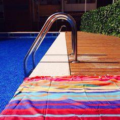 "-Knock knock. -Who's there? -SUMMERRRRR!!!! ☀️ Starring - Nuestra toalla turca ""Sunny"" #Molacoton #molamonton #turkishtowel #toallaturca #fouta #peshtemal #pestamal #pestemal #color #summer #verano #natural #cotton #algodon #viaje #viajar #viajero #travel #traveler #traveling #beach #playa #barcelona #knockknockjokes"