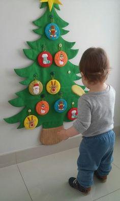 Árvore de natal em feltro, com 98cm de altura, com 10 pingentes e 1 estrela para a criança brincar.