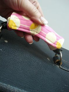 Love Handles...A Tutorial...great idea for quickly identifying your luggage or sewing machine!