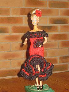 ROBE : Monter 36m en aig No 3 en rouge et tricoter pendant 15 cm en cotes 1/1 et rabattre les mailles. Faire la couture dans le dos. Retourner le travail, et relever avec un crochet 36m en mailles serrées en noir. Sur le rang suivant tricoter 4 brides... Crochet, Blog, Couture, Christmas Ornaments, Holiday Decor, Mary, Tejidos, How To Knit, Barbie Clothes
