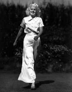 Harlean Carpenter was born in in Kansas City, MO. She was Hollywood's first Blonde Bombshell. Harlean changed her name to her beloved Mother's name Jean Harlow. Old Hollywood Movies, Hollywood Actor, Hollywood Glamour, Classic Hollywood, Silent Film Stars, Movie Stars, Luise Rainer, Baby Jeans, Jean Harlow