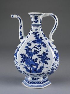 Chinese ewer with South Asian metalwork shape. Porcelain ewer painted in underglaze blue, Jingdezhen, China, Qing dynasty, Kangxi reign, ca. 1680-1710. Diameter: 17.8 cm, Height: 28.0 cm. 1581-1876. © V Images.