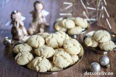 Drömmar er Sveriges mest kjente småkaker! Selvsagt bakes Drömmar også til jul! Kakene kjennetegnes av sin sprekkete overflate og porøse konsistens, som kommer av hornsaltet i deigen. Drömmar smelter i munnen og har en nydelig vaniljesmak. Oppskriften gir 50 stk. Stuffed Mushrooms, Cookies, Vegetables, Desserts, Recipes, Food, Stuff Mushrooms, Crack Crackers, Tailgate Desserts