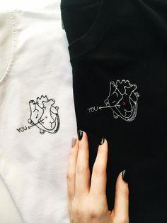 Camiseta personalizada bordada de la mano camisa de la | Etsy Best Friend Outfits, Couple Outfits, Love Shirt, T Shirt Diy, Mains Couple, Cool Shirt Designs, Couple Tshirts, Couple Tees, Valentine T Shirts