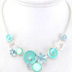 Plastron romantique avec détails bleus #parissima #bijouxfantaisie