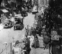 This is the story of Manhattan's Little Italy. From the until the waves of Italian immigrants came to America and settled on Mulberry Street. Unlike the earlier Italian immigrants these people were poor and uneducated. New York Pictures, Old Pictures, Old Photos, Us History, American History, Vintage Photographs, Vintage Photos, Little Italy Nyc, Cities